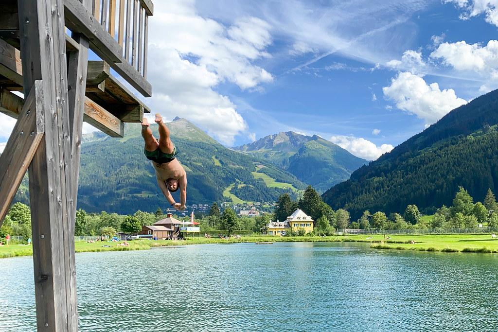Sprung in den Bergsee