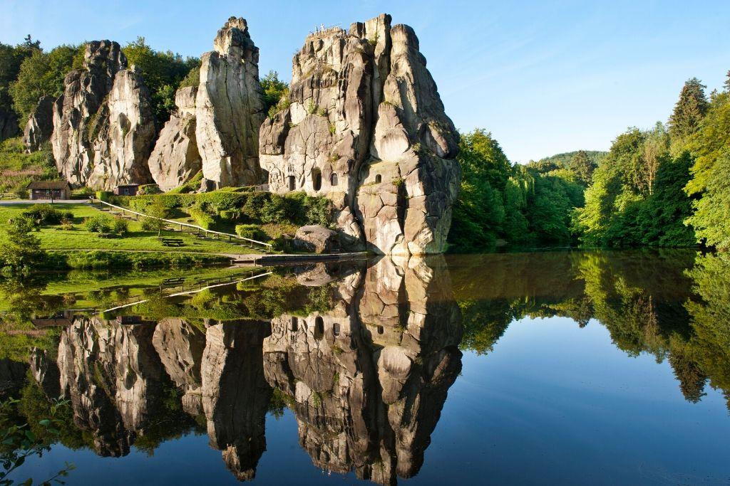 Externsteine im Teutoburger Wald spiegeln sich im See