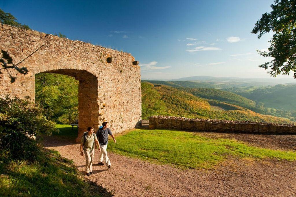 Wandererauf dem Pfälzer Höhenweg an der Ruine Moschellandsburg