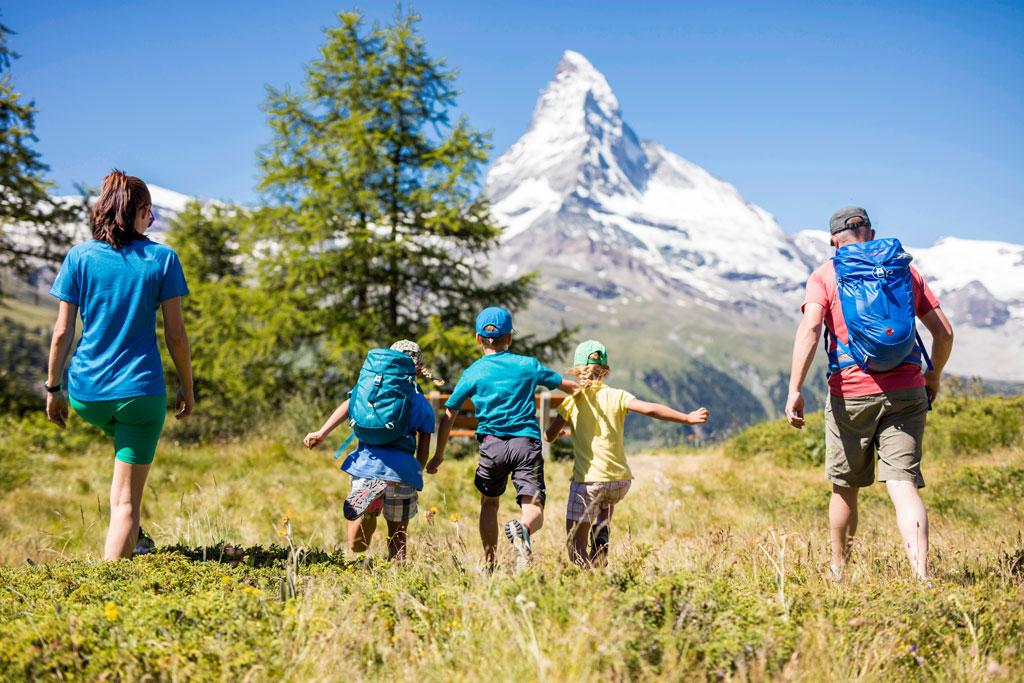 Wandelen met kinderen en zicht op de Matterhorn (Foto: ©TVB Zermatt, Pascal Gertschen)