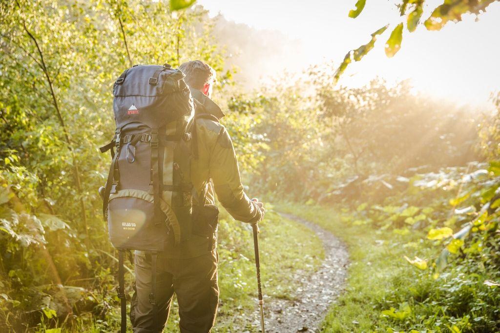 Wanderer mit Stöcken auf schmalen Pfad
