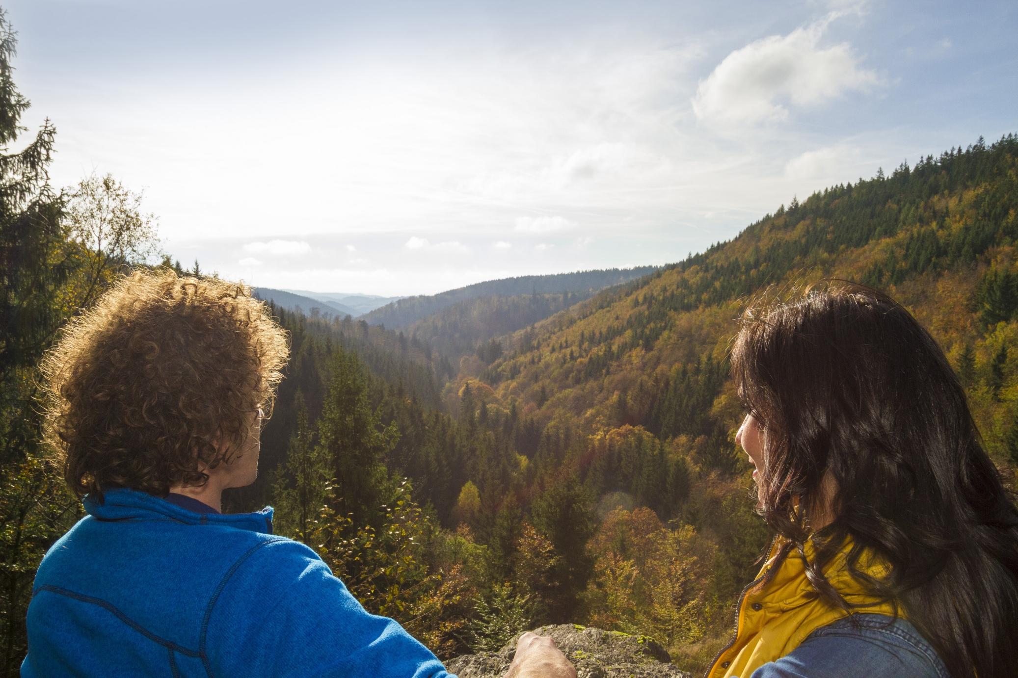 Zwei Wanderer blicken auf die sanften Hügel des Frankenwalds