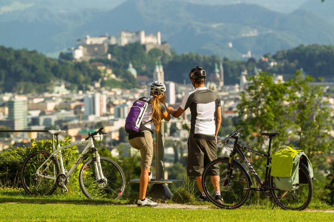 Zwei Radfahrer am Aussichtspunkt Salzburg