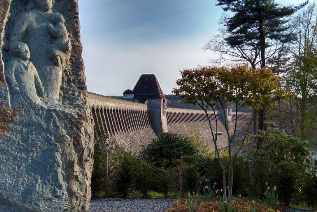 Staumauer am Möhnesee