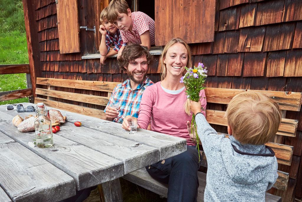 Eine Pause mit den Kindern auf der Berghütte in Kappl