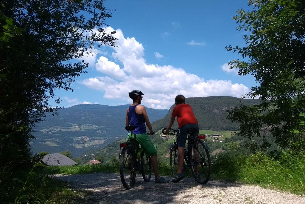 Twee fietsers kijken uit over het dal