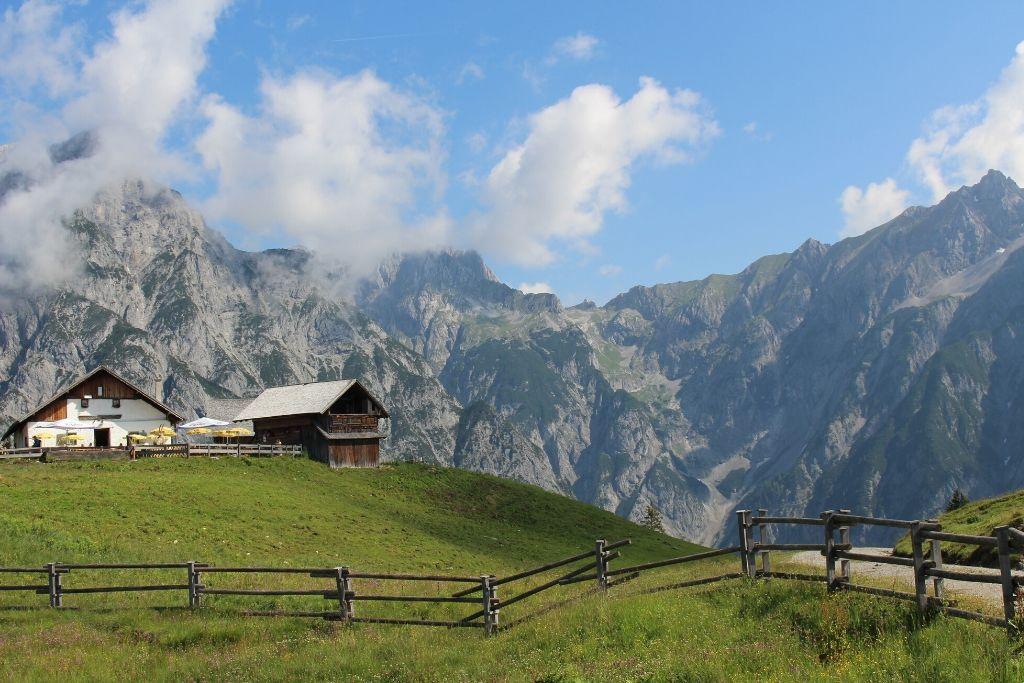Berghütte vor imposantem Bergpanorama