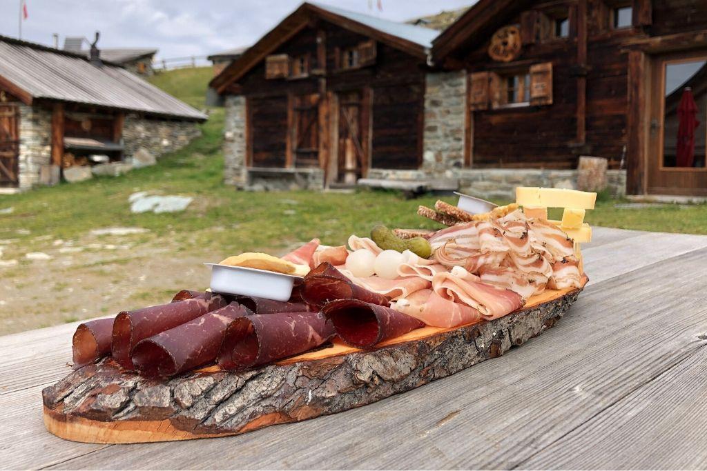 Jausenbrett mit Wurst, Käse und Brot