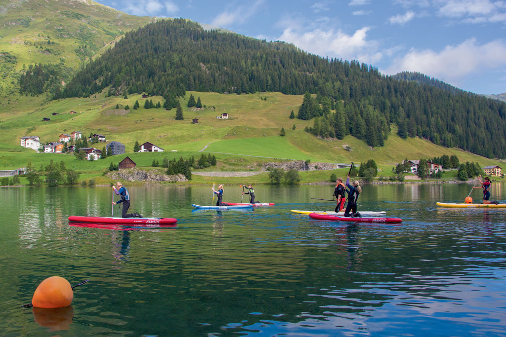 Stand Up Paddling Meer van Davos (Foto: ©TVB Davos Klosters, Marcel Giger)
