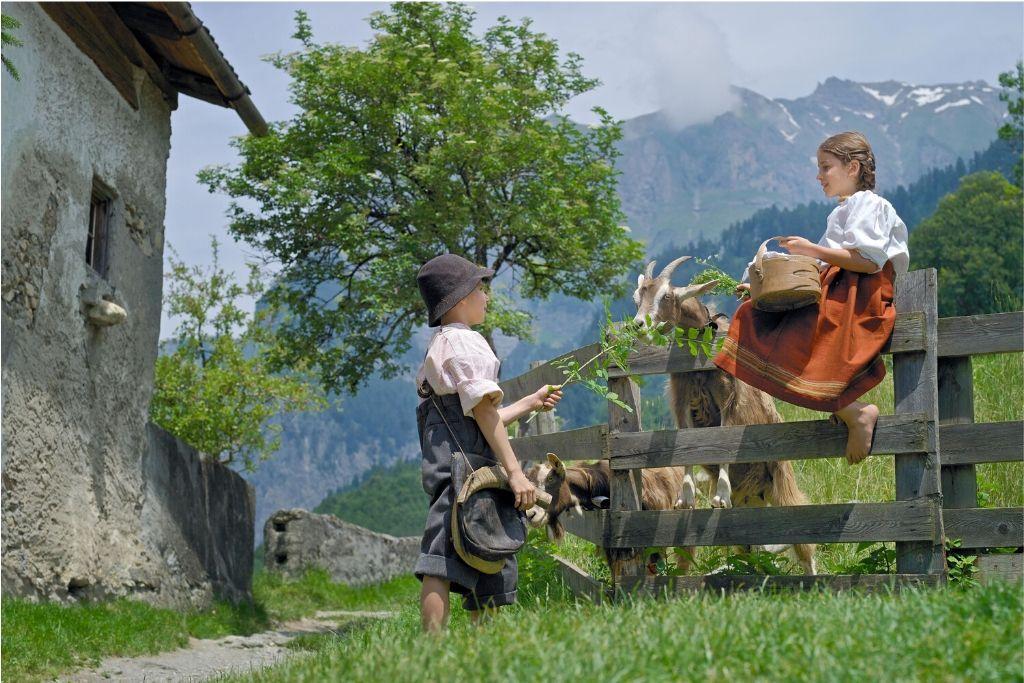Peter und Heidi füttern Ziegen
